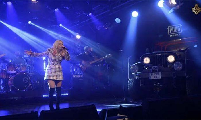 Ece Seçkin'in yılbaşı gecesi verdiği konseri binlerce kişi izledi