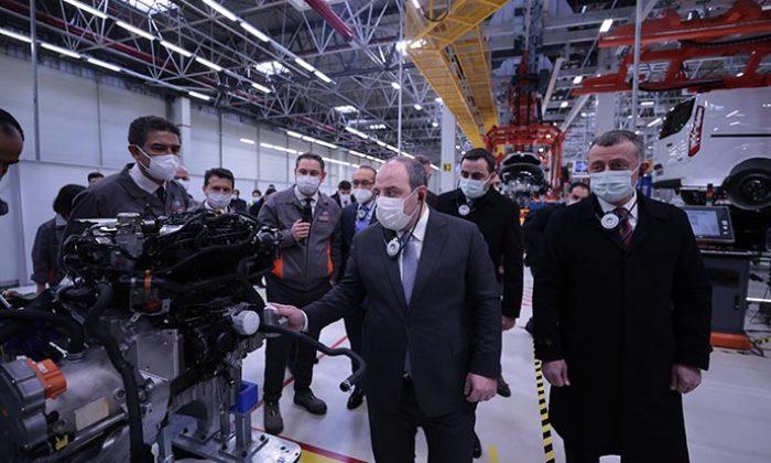 Sanayi ve Teknoloji Bakanı Varank, Ford Otosan'ın Kocaeli'deki yeni yatırım çalışmalarını yerinde inceledi