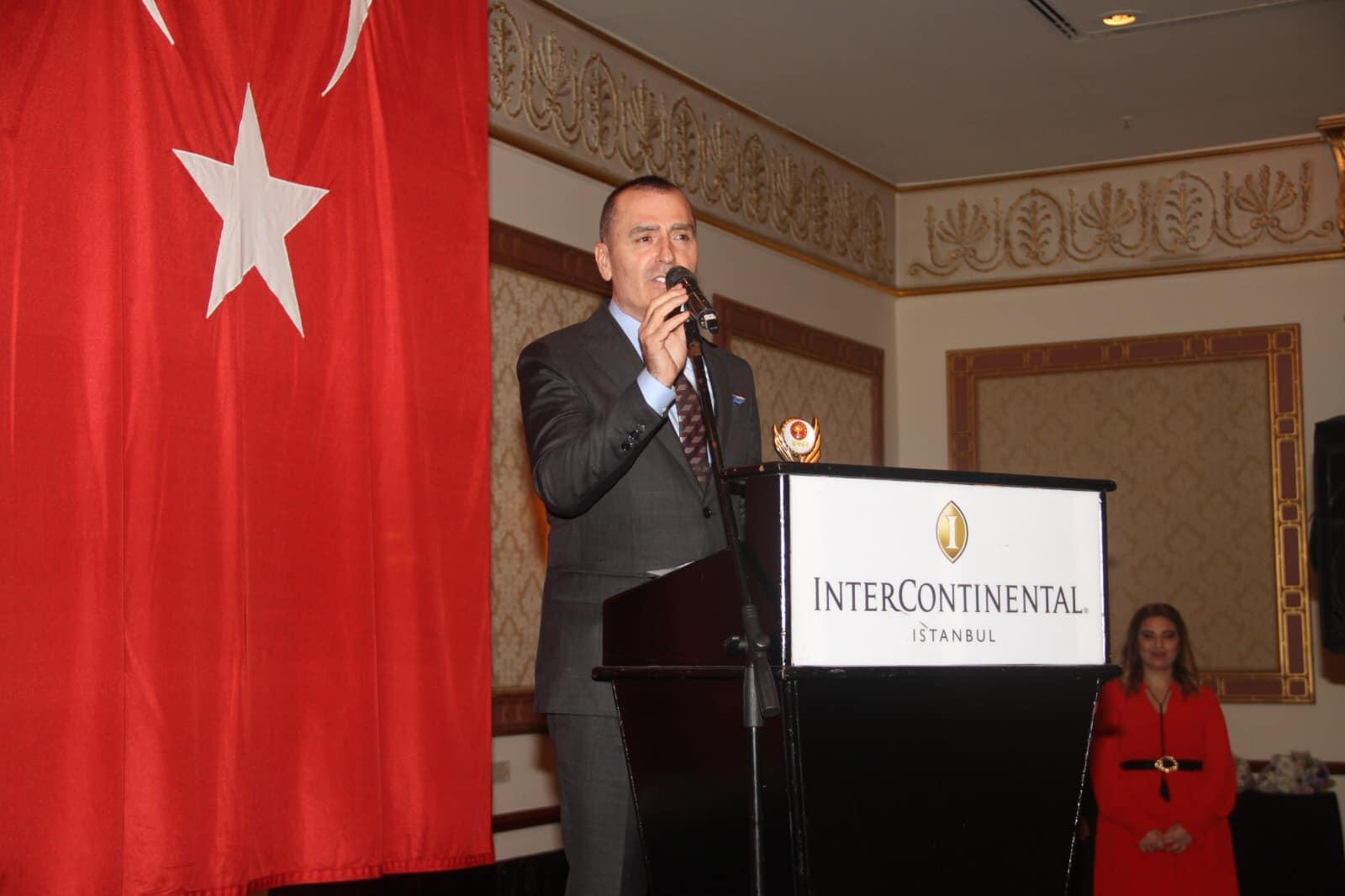 Bir 2 kişi, ayakta duran insanlar ve şunu diyen bir yazı 'INTERCONTINENTAL. ISTANBUL' görseli olabilir